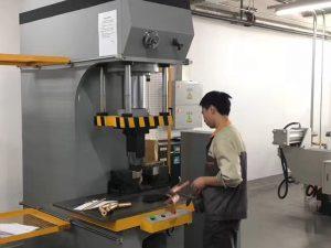 Japan Client Testing Hydraulic Press Machine i vores fabrik