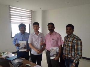 Sri Lanka kunder diskuterer teknologi med Mr.Tai i vores kontor